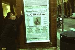 Cartel publicado en la Via dell'Indipendenza de Bolonia (Italia) anunciando La Boheme con Estrella Cuello como Musetta