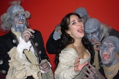 Estrella Cuello como Pamina, acompañada del malvado Monostatos y esclavos tras la representación de La Flauta Mágica de Mozart