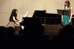 La profesora de canto Estrella Cuello acompaña al piano a su alumna Cristina Galán
