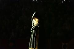 Estrella Cuello como el espíritu de Isabel de Portugal se cubre con su capa